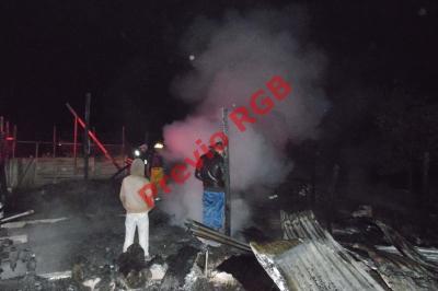 Socorristas sofocan llamas que destruyeron una carpintería en Tecpán Guatemala, Chimaltenango. (Foto Prensa Libre: José Rosales)