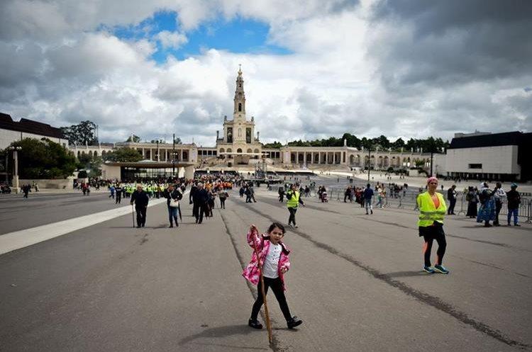 Peregrinos comienzan a arribar al santuarios de Fátima. (Foto Prensa Libre: AFP)