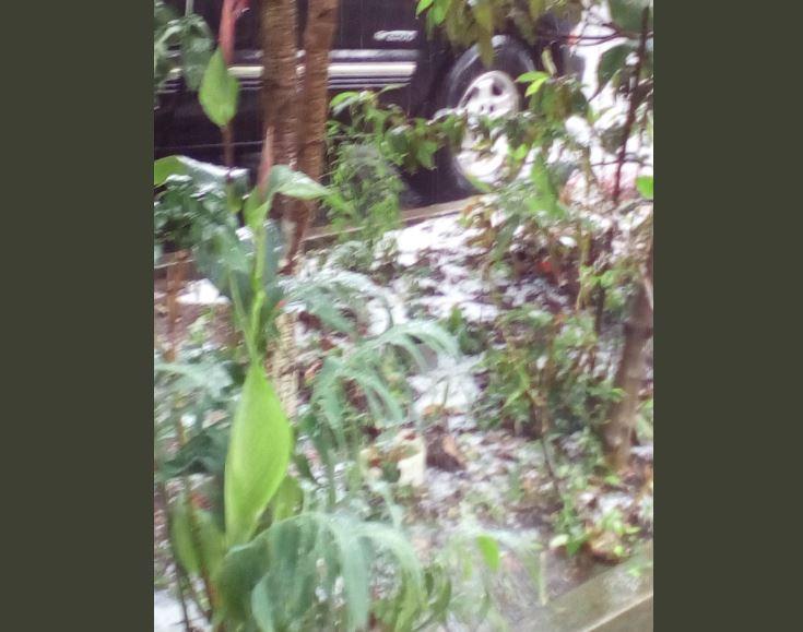 Granizo que cayó en Villa Nueva. (Foto Prensa Libre: @heidi_acra).