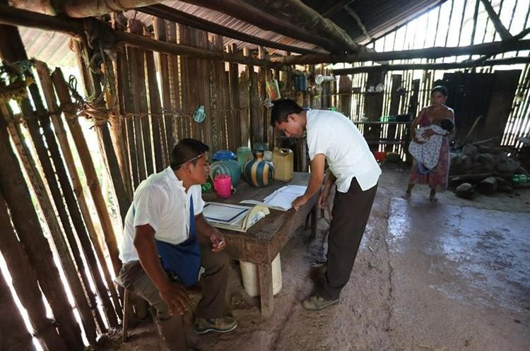 Enfermeros del centro de salud de Panzós deben hacer largos recorridos para llevar controles a familias pobres de Panzós. (Foto Prensa Libre: Hemeroteca PL)