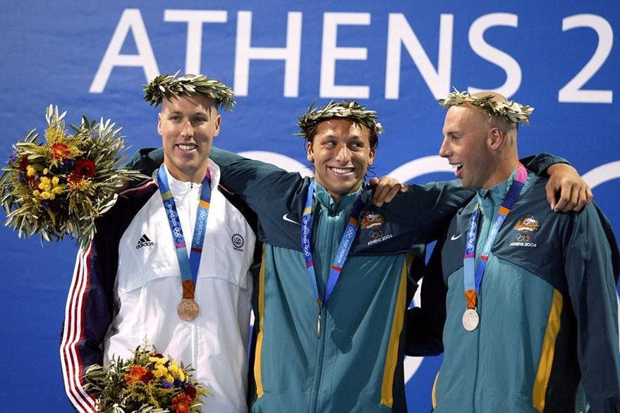 Ian Thorpe, Grant Hackett de Australia y Klete Keller de Estados Unidos posan en el podio en Atenas 2004. (Foto: AFP)