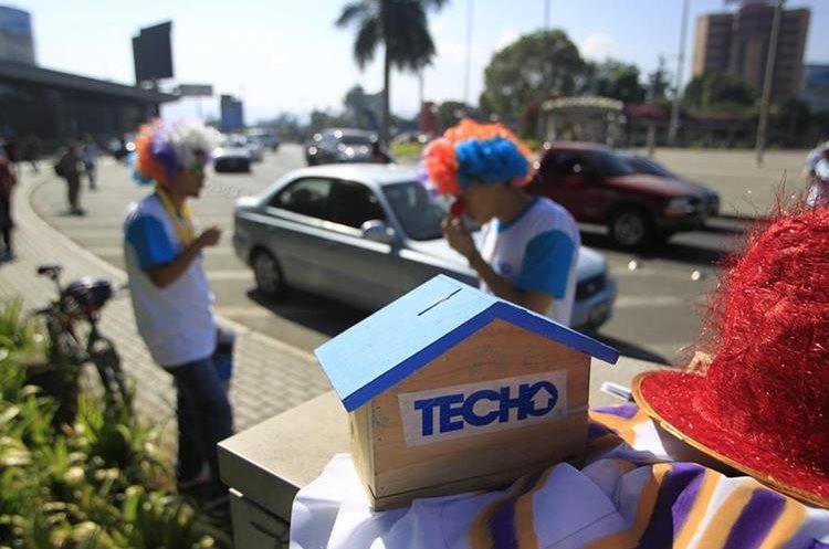 Voluntarios de Techo Guatemala colectan fondos un día al año para construir viviendas a personas de escasos recursos durante el resto.