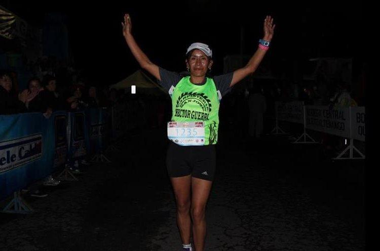 Blanca Orozco levanta las manos en señal de victoria luego de ingresar a la meta. (Foto Prensa Libre: Raúl Juárez)