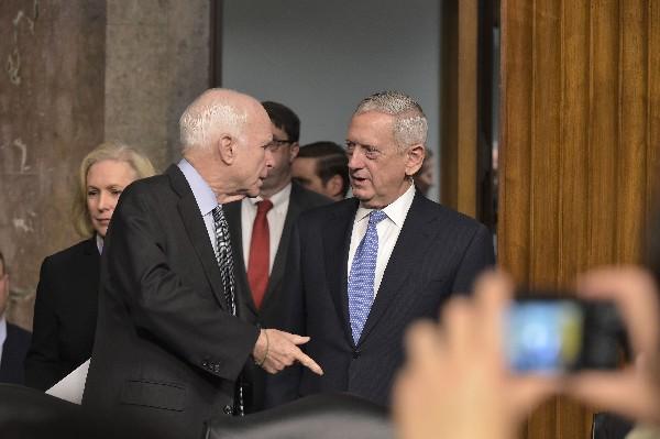 James Mattis (c) habla con el senador republicano de Arizona, John McCain (i. (EFE).