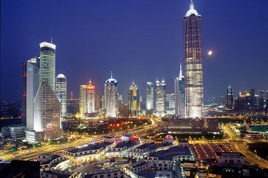 Vista nocturna de la ciudad de Shanghái, China, sede del foro del G20.(Foto PL: layoverguide.com)