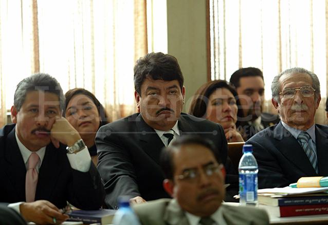 Jorge Arévalo, Adolfo Reyes Calderón y Efraín Ríos Montt, en la audiencia de apertura a Juicio del caso Jueves Negro en Enero de 2006. (Foto: Hemeroteca PL)