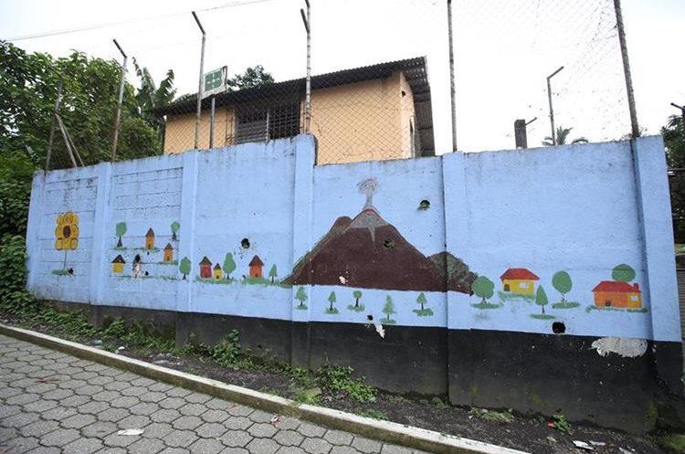 Niños de la escuela de Yepocapa pintaron un mural donde se observa la actividad del volcán de fuego.