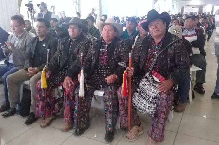Alcaldes comunitarios asisten al acto de firma del acuerdo para la paz y el desarrollo de San Mateo Ixtatán, Huehuetenango. (Foto Prensa Libre: Mike Castillo)