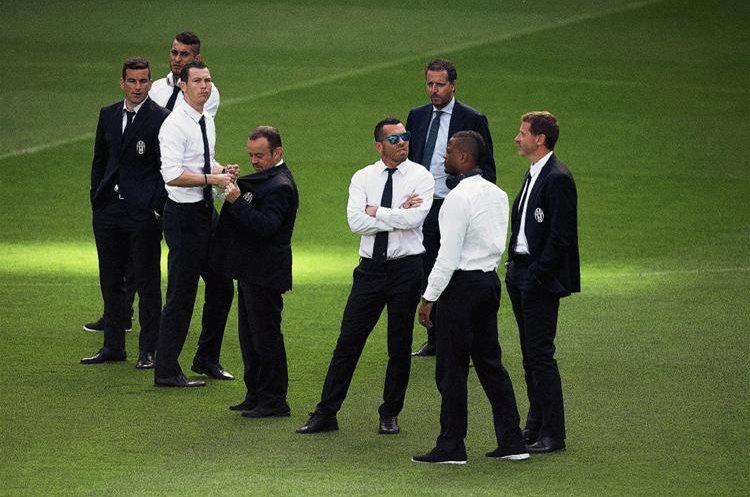 Los jugadores de la Juventus llegaron al Santiago Bernabéu para hacer el respectivo reconocimiento de cancha. (Foto Prensa Libre: AP)