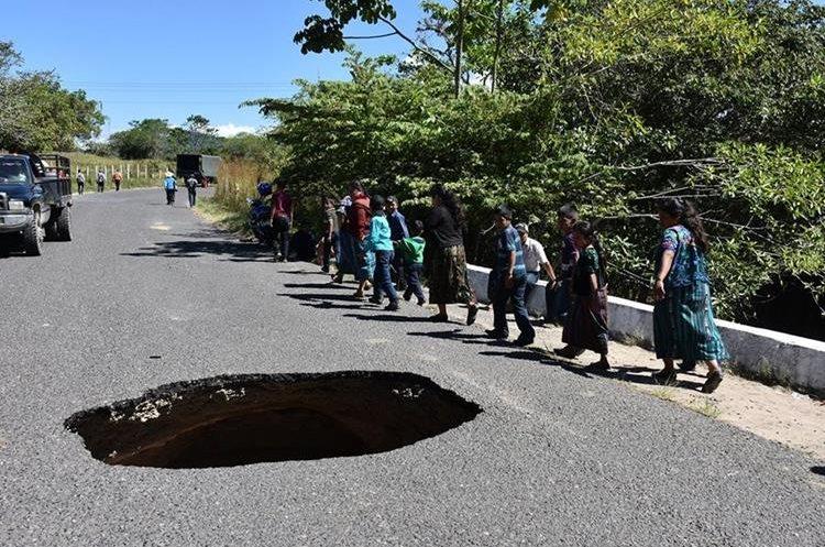 Automóviles, motos y peatones podrán circulan con precaución por esa ruta. (Foto Prensa Libre: Mario Morales)