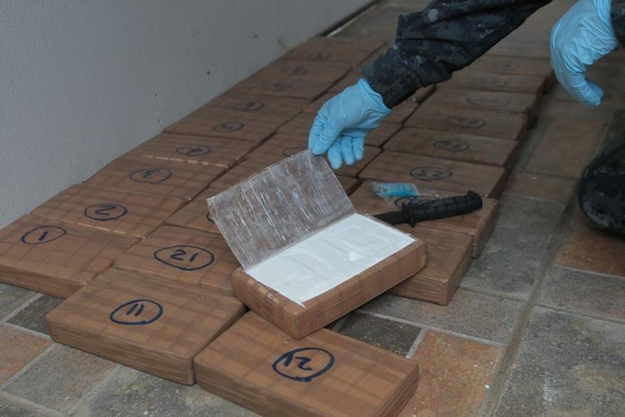 La PNC realiza las pruebas de campo para determinar si los paquetes son de cocaína. (Foto Prensa Libre: Érick Ávila)