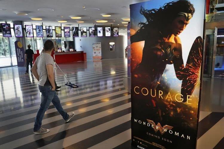 Sala de cine en Beirut, con la promoción de la Mujer Maravilla.