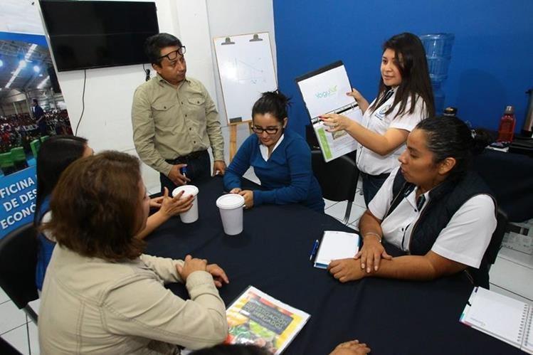 El grupo de emprendedores se reúne cada jueves en un salón de la Municipalidad de la Villa Nueva. (Foto Prensa Libre: Alvaro Interiano)