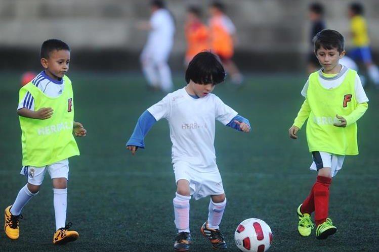 La escuela de futbol de Futeca, que cuenta con ocho centros de entrenamiento, desde hace 28 años inició su labor en la enseñanza de niños y jóvenes (Foto Prensa Libre: Edwin Fajardo)