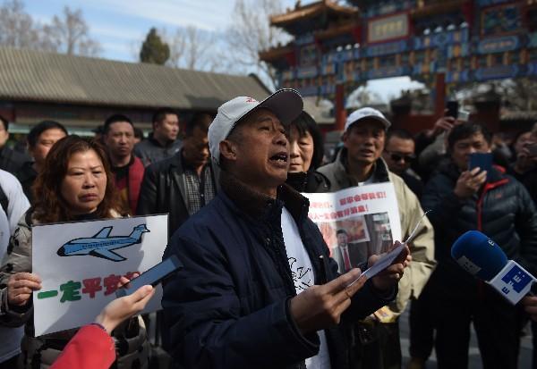 Familiares de pasajeros del vuelo MH370 desaparecido protestan en Pekín.