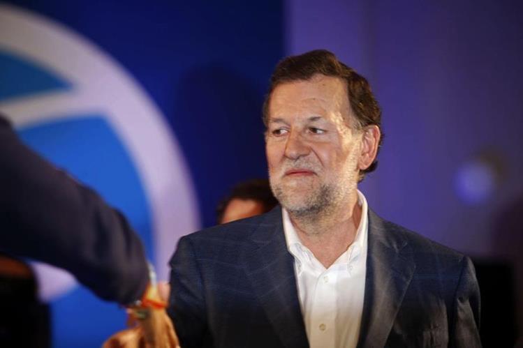 El presidente del Gobierno y candidato a la reelección por el PP, Mariano Rajoy, al inicio del mitin en Coruña, que debió ofrecerlo sin gafas tras la agresión. (Foto Prensa Libre: EFE).