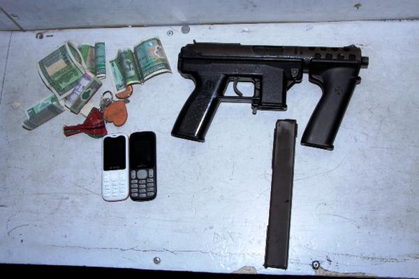 El tipo de arma que habría sido robada es una Mini Uzi calibre 9mm, como la de la imagen. (Foto Prensa Libre: HemerotecaPL)