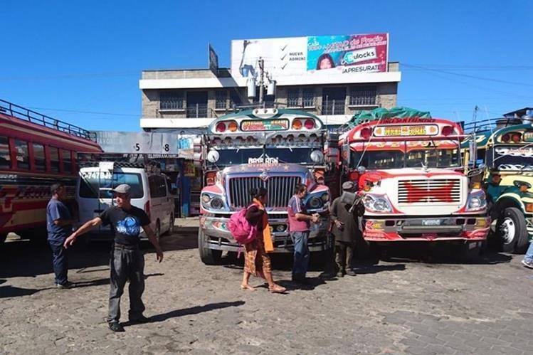 Comerciantes abordan buses que se dirigen hacia otros departamentos para trasbordar sus productos hacia la capital. Foto Prensa Libre: Héctor Cordero)
