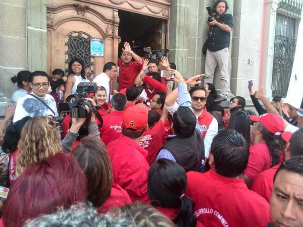 """Simpatizantes de Líder agredieron a un manifestante que portaba una pancarta con la leyenda, """"No le toca"""". (Foto Prensa Libre: Carlos Álvarez)"""