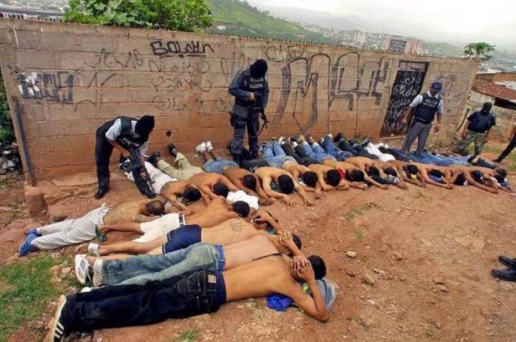 Grupo de pandilleros son detenidos durante una operación antipandillas en San Salvador.