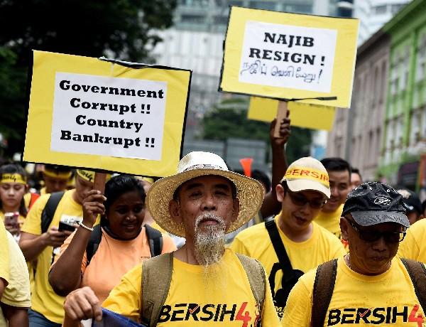 Manifestantes exigen la renuncia del primer ministro Najib Razak.