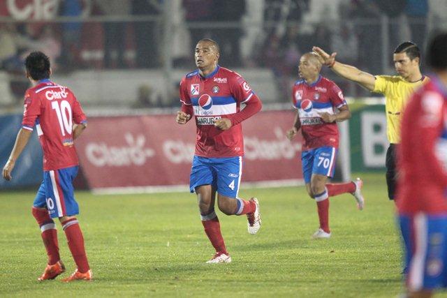 Juliano Rangel festeja el gol del triunfo de Xelajú MC. (Fotografía Prensa Libre: Norvin Mendoza)