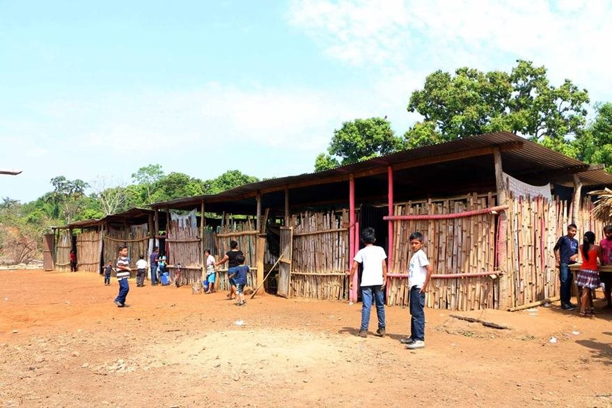 Estudiantes observan    las malas condiciones en las que se encuentra su escuela. (Foto Prensa Libre: Rolando Miranda).