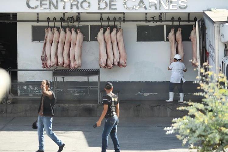 Fiscales allanan rastro municipal en Santa Catarina Pinula y en la capital, por denuncias de contrabando. (Foto Prensa Libre: MP)