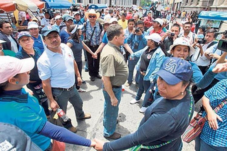El sindicato de maestros constantemente bloquea carreteras para negociar nuevos pactos. (Foto Prensa Libre: Hemeroteca PL)