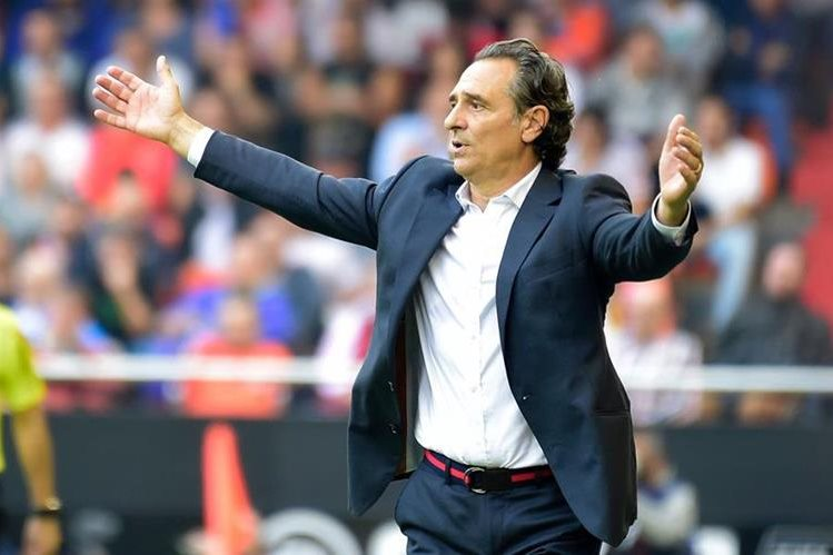 Cesare Prandelli durante uno de los encuentros del Valencia en la Liga española. (Foto Prensa Libre: Hemeroteca PL)