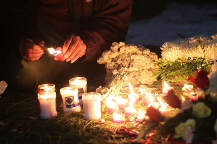 Las muestras de homenaje a las víctimas del Hogar Seguro Virgen de la Asunción fueron varias. (Foto Prensa Libre: Erick Ávila)