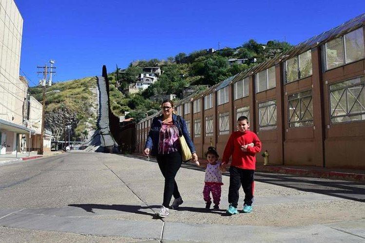 """Residentes en frontera de Arizona y México consideran """"chiflada"""" la idea del muro de Trump. (Foto Prensa Libre: AFP)"""