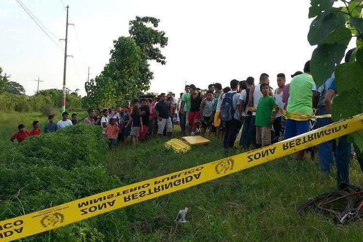 El cadáver de Aroldo Mejía quedó a un costado de la ruta. (Foto Prensa Libre: Rolando Miranda)