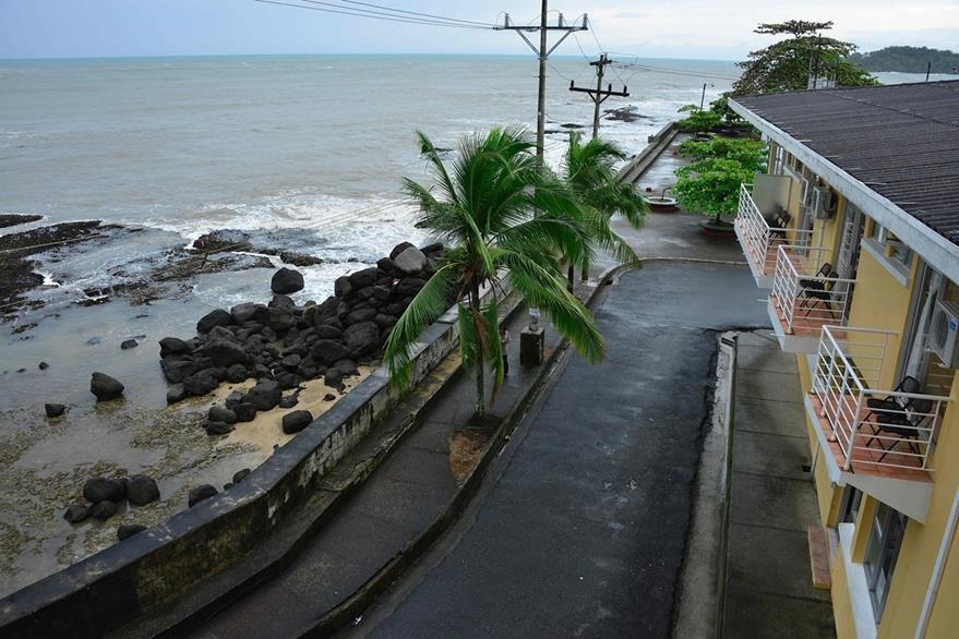 """Playa Limón, Costa Rica, país donde el huracán """"Otto"""" causó al menos cuatro muertos. (Foto Prensa Libre: AFP)."""