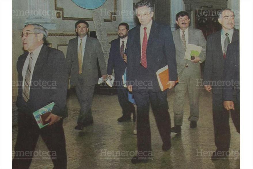 16/2/2002 MIembros  de la Comisión Postuladora entregan la nómina de candidatos a magistrados del TSE. (Foto: Hemeroteca PL)
