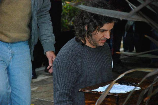 Luciano Zuppa lleva los restos de sus padres durante el homenaje que se realizó en La Plata. LUCIANO ZUPPA