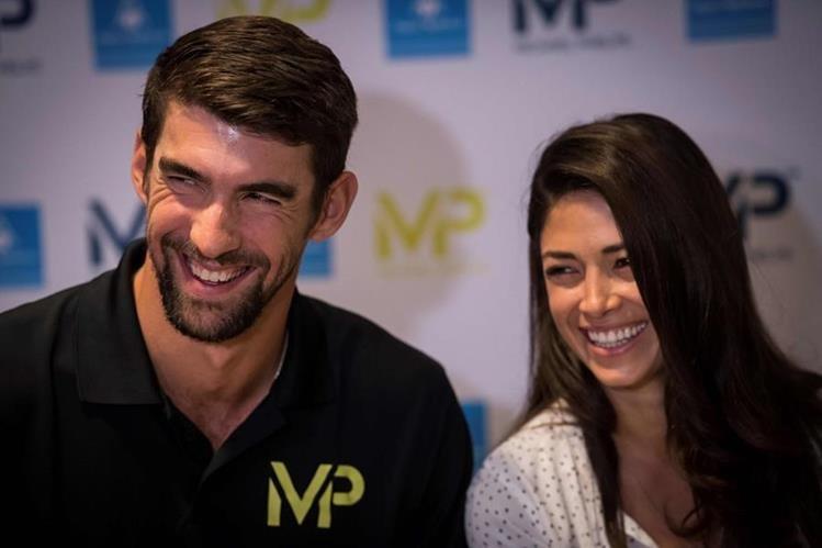 Michael Phelps y su esposa Nicole Johnson Phelps se encuentran en una gira promocional en París. (Foto Prensa Libre: AFP).