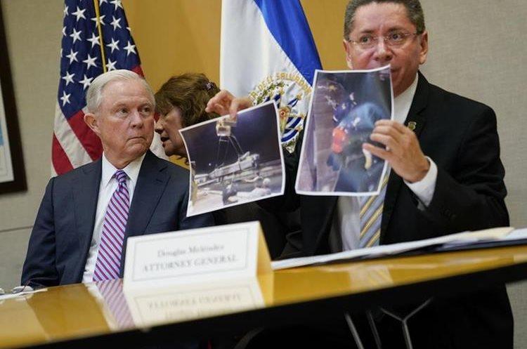 Jeff Sessions (i) se reunió con el fiscal general de El Salvador, Douglas Meléndez Ruíz.(AP)