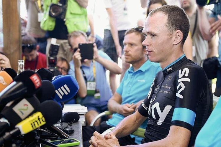Christopher Froome durante la conferencia de prensa que ofreció su equipo este martes. (Foto Prensa Libre: AFP)
