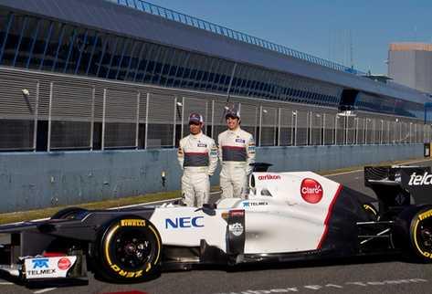 El mexicano Sergio Pérez junto al japonés Kamui Kobayashi son los pilotos del equipo Sauber para la temporada 2012. (Foto Prensa Libre: AP)
