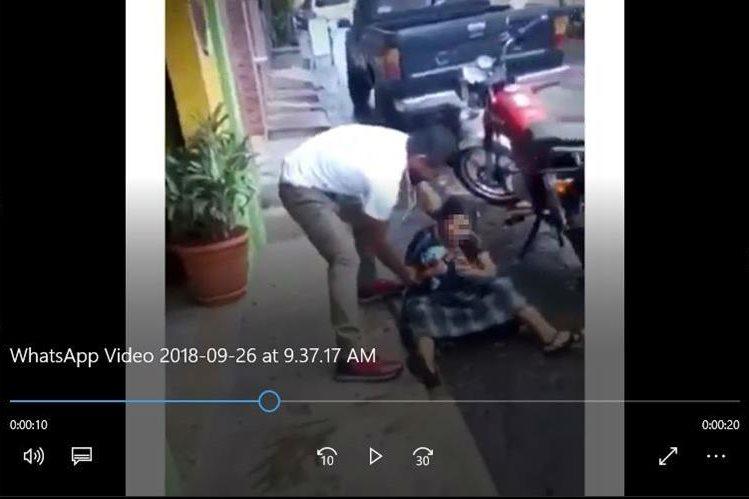 La agresión contra la mujer en Santo Tomás La Unión fue grabada y el video difundido en redes sociales. (Foto Prensa Libre: Tomada de Facebook)
