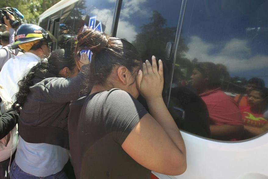 Familiares se desesperaban por saber qué había pasado con sus seres queridos. (Foto Prensa Libre: Carlos Hernández)