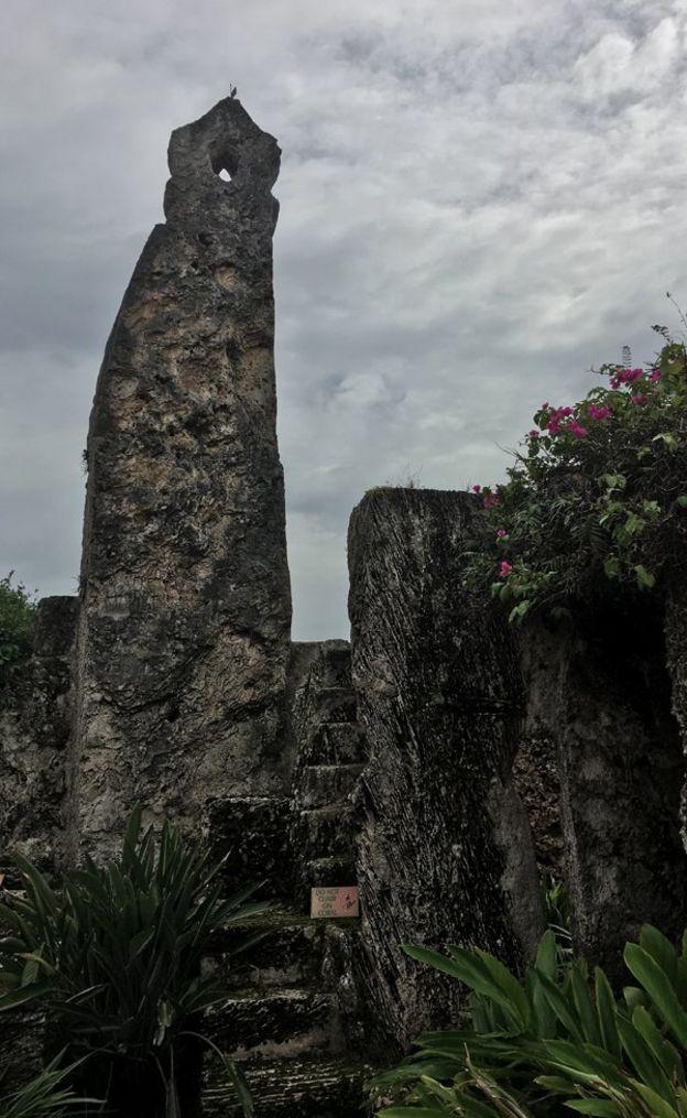 El obelisco fue una de las piezas más pesadas que Ed trasladó de Florida City a Homestead. BBC MUNDO