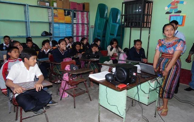 Una maestra imparte clases a niños de Chimaltenango. (Foto Prensa Libre: Hemeroteca PL)