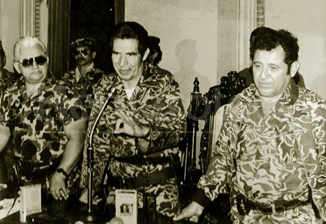 El triunvirato de marzo de 1982 cuando tomó posesión de la jefatura de Estado. A la derecha aparece Francisco Luis Gordillo Martínez junto a Efraín Ríos Mont y Horacio Maldonado Schaad. (Foto: Hemeroteca PL)