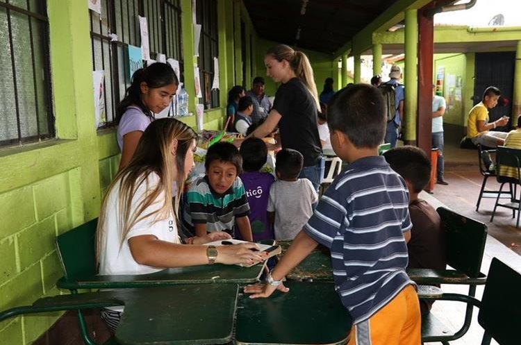 Voluntarios acompañan a un grupo de niños albergados en San Juan Alotenango, Sacatepéquez. (Foto Prensa Libre: Julio Sicán)