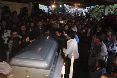 Familia y vecinos acuden al velatorio de Moisés Locón Yac. (Foto Prensa Libre:Ángel Julajuj)