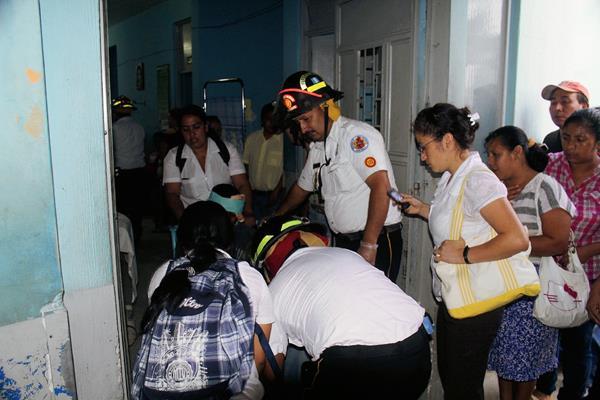 Bomberos ingresan a uno de los heridos en el Hospital Nacional de Jalapa. (Foto Prensa Libre: Hugo Oliva)