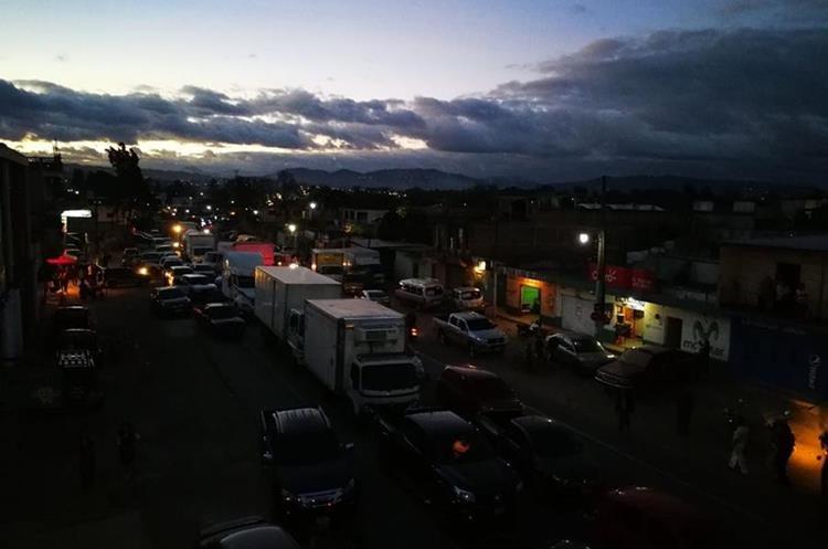 Por más de cuatro horas, pobladores de El Tejar bloquearon el km 51 de la ruta Interamericana. (Foto Prensa Libre: Víctor Chamalé)