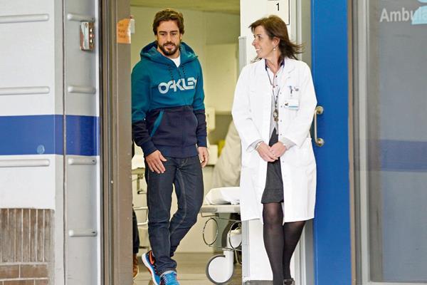 El piloto español Fernando Alonso, que el pasado domingo sufrió un accidente en los entrenamientos, aseguró que está listo para volver. (Foto Prensa Libre: EFE)
